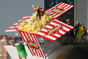 莫斯科举行红牛鸟人飞行大赛 奇葩飞行器搞怪装扮爆笑全场