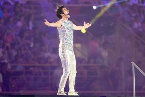 A-Lin出席运动会开幕式演出 王力宏银色金属闪光紧身装帅气魅惑