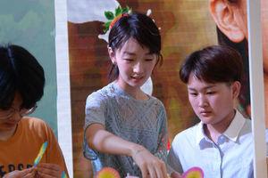 周冬雨现身与粉丝携手制作水果刨冰 全程微笑奉献表情包