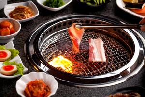 与伙伴们?#40644;?#20998;享纯正的日式烤肉