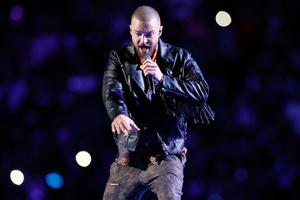 Justin Timberlake穿着Stella McCartney订制服装参与第五十二届超级碗中场表演