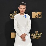 MILLIE BOBBY BROWN 及 ASHTON SANDERS  身着CALVIN KLEIN  出席2017 MTV电影电视颁奖典礼