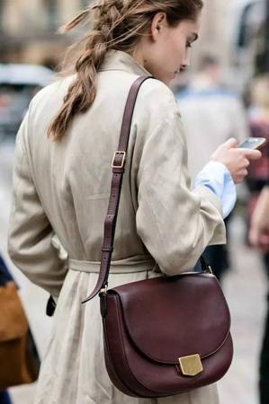 """棕色手袋是包包界的""""小白鞋"""""""