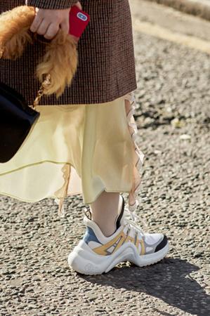 不是穿了双球鞋 你就时髦了