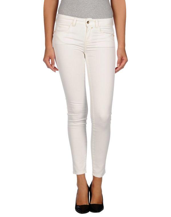 白色 KAOS 牛仔裤