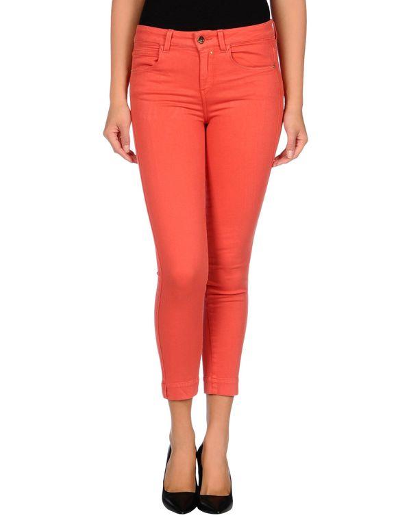 红色 KAOS 牛仔裤