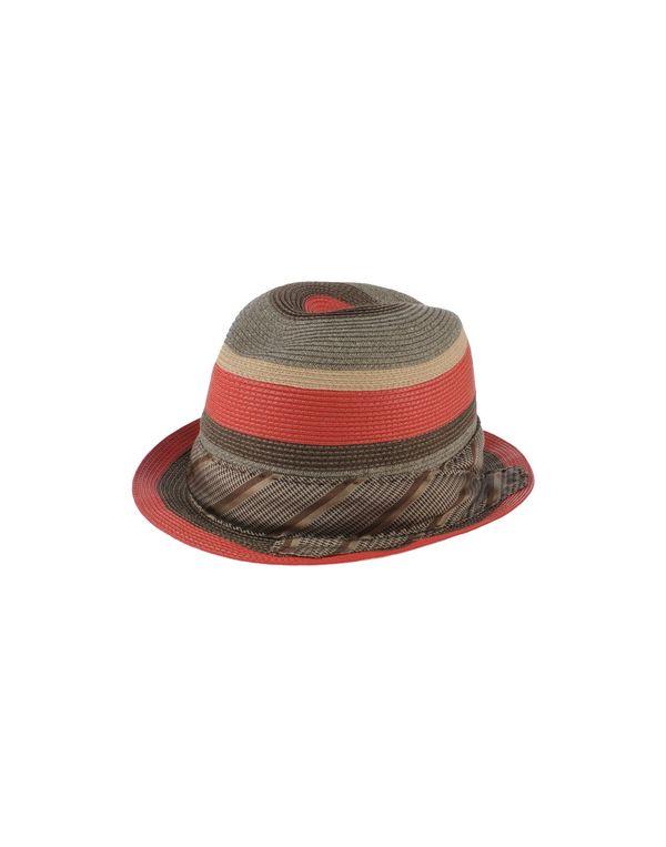 红色 PRADA 帽子