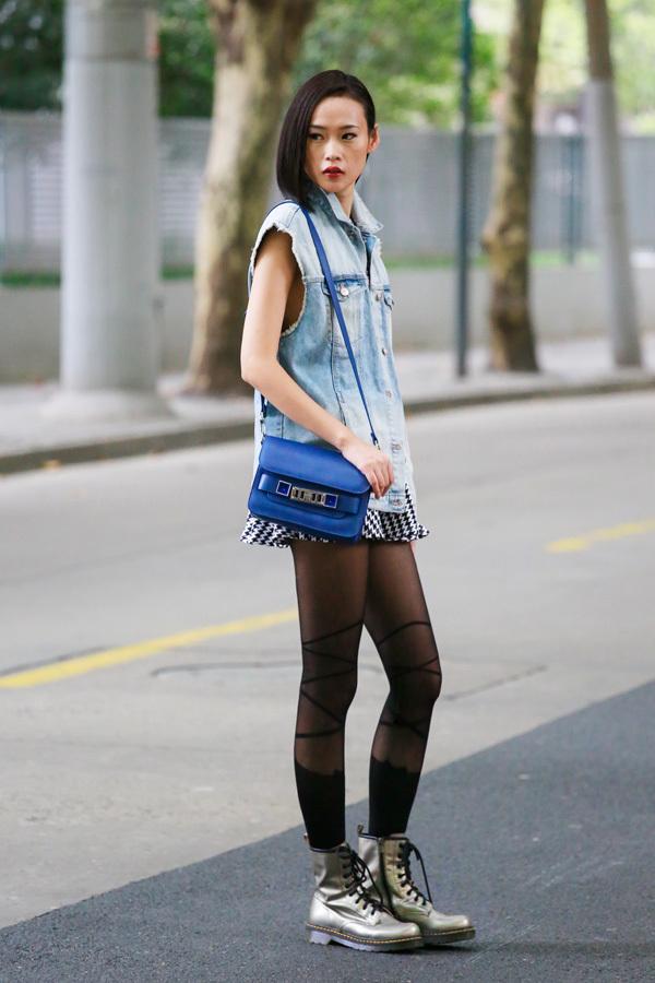 名模张静街头演绎经典马丁靴