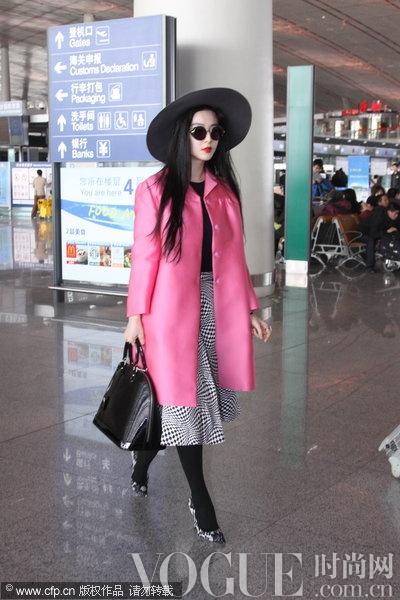范冰冰早春机场街拍 粉色缎面风衣最吸睛