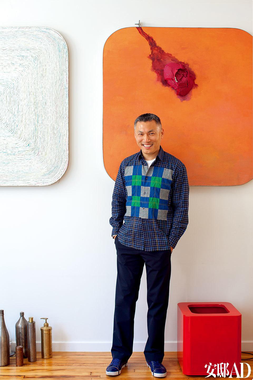 起居室,墙上挂着宋冬和尹秀珍的作品《时间切口树的年轮与黑洞平方201108》,介质为丙烯酸、油画颜料、帆布、旧衣服和不锈钢。地板上的红色方块为宋冬和尹秀珍作品《筷子》的一部分。一些瓶子是郑国谷作品《再绣两千年》的一部分。   主人: 茅为清(Christophe W.Mao),前波画廊主人,生于湖北武汉,居于美国纽约。2000年他在纽约创立了前波画廊(Chambers Fine Art),这是一家致力于推广中国当代艺术的国际性画廊。经过逾十年时间,前波画廊已发展为纽约人了解中国艺术发展的必访之