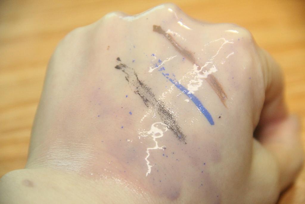 以洁颜油使用步骤操作,一开始按摩几秒钟时,粉底液,唇膏就溶了