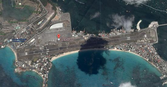 全世界最有趣的机场荷属安的列斯群岛朱利安娜公主机场   位于中美的加勒比海沿线拥有着古老的传说与神秘的宝藏,除了刺眼的阳光与湛蓝的大海之外,在加勒比海沿岸,更有让人意想不到的建筑,那就是荷属安的列斯群岛的朱利安娜公主机场。茱莉安娜公主国际机场是东加勒比第二繁忙的机场,以超短的起落跑道闻名。跑道全长只有2180米,因此,大型客机如果想安全的降落在这条跑道上,那么就只能尽早的在跑道头接地,于是,一张张大型客机从Maho海滩上游客头顶10米左右掠过的照片便走红于全世界。在Maho海滩,度假的老人们恨透了