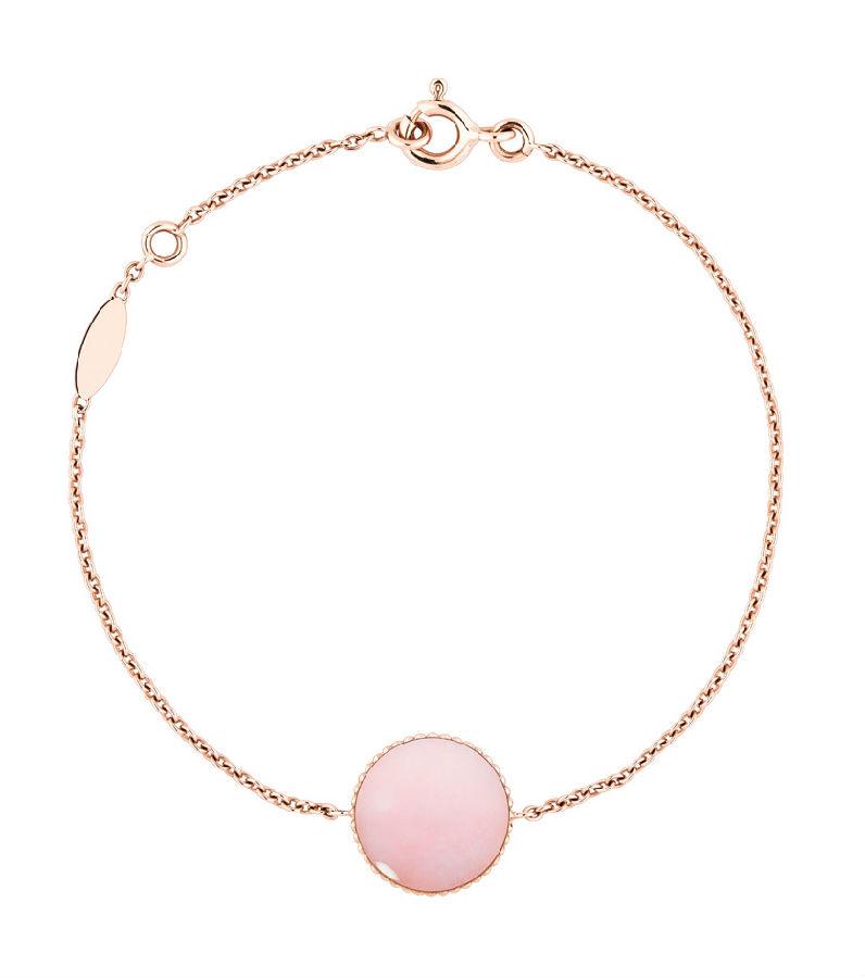 Dior高级珠宝Rose des Vents系列手链 黄金、钻石、青金石 (正面) 维多利娅徳卡斯特兰(Victoire de Castellane)设计的全新高级珠宝Rose des Vents(罗盘玫瑰)系列正是基于这些故事的灵感之作。我最初设想的是一枚小小的图案吊坠,后来我觉得设计成圆形图案的徽章样式更具纪念意义。这位迪奥高级珠宝部艺术总监如是说。它象征旅行,其中蕴含着克里斯汀迪奥的星星和那段幸运符的故事,同时包含了迪奥先生最爱的玫瑰花元素。品牌的历史精髓都隐含在其中。由黄金和珍珠母贝、青