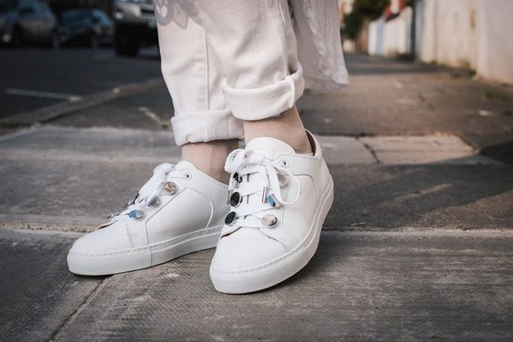 """鞋带孔做成金属圆钉的carven,这些特别的设计让基础款的白球鞋也有"""""""