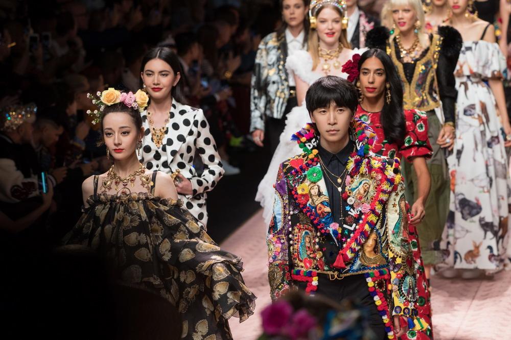 韩火火与迪丽热巴同场登Dolce&Gabbana2018春夏米兰大秀