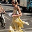 缎面吊带裙:向90年代致敬