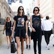 100张纽约时装周最新街拍,看她们把T恤和衬衫穿的这么好看