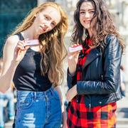 一盒刷爆时装周的高颜值糖果,冰力克伴随潮人街拍美翻全世界