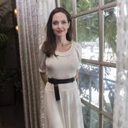 BOTTEGA VENETA - 安吉丽娜·朱莉(Angelina Jolie)出席电影《他们先杀了我父亲:一个柬埔寨女儿的回忆录》新闻发布会