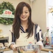 著名演员赵薇身穿Tory Burch 条纹连衣裙亮相最后一集《中餐厅》