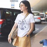 赵薇身穿白T搭配TOD'S2018春夏系列Yorky流苏豆豆鞋和新款豆豆包打造出清爽舒适的夏日时尚