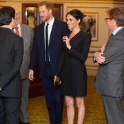 梅根王妃穿着Stuart Weitzman TIPPI黑色麂皮高跟鞋