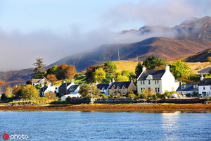英國尼斯湖 尼斯湖位于蘇格蘭北部的喀里多尼亞地峽,呈條狀,沿東北-西南的方向延伸,長37公里,寬1.5公...