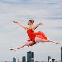 """""""极限芭蕾""""舞者伦敦街头展现舞姿 惊险动作令人手心冒汗"""
