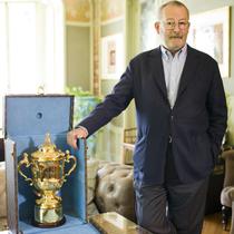 路易威登为橄榄球世界杯定做冠军奖杯硬箱
