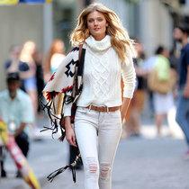 这个周末 穿件白色毛衣就很时髦