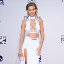 Gigi Hadid、Kendall Jenner争艳,全美音乐?#26412;?#24425;红毯-本周最佳着装/最差着装