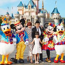 陆毅鲍蕾贝儿一家 幸福踏进香港迪士尼乐园 赶上乐园10周年庆典