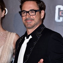 好莱坞著名影星小罗伯特•唐尼佩戴积家腕表出席《美国队长3:英雄内战》巴黎首映礼