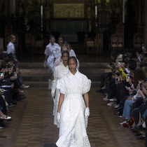 #SuzyLFW Simone Rocha: From First Communion To The Farm-Suzy Menkes专栏