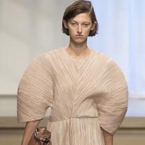 #Suzy米兰时装周  Jil Sander:回到阔肩盛行的八十年代