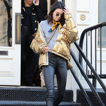 Kendall Jenner身着PORST 1961男装银色羽绒服现身纽约街头