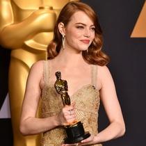 艾玛 · 斯通 (Emma Stone) 身着 Givenchy Haute Couture by Riccardo Tisci 出席第89届奥斯卡金像奖 (Academy Awards) 颁奖典礼