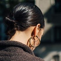 为全身造型轻松点睛,你还缺对大耳环