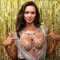 """今年穿200万美金""""Fantasy Bra""""的彩票模特,为什么棋牌是注册她?-超模档案"""