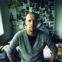 在影像中回顾Alexander McQueen的一生-时尚圈