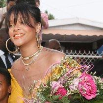 看Rihanna如何将街道变成她个人的T台-时尚街拍