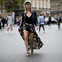 学刘雯裙子下面穿裤子 轻松度过换季尴尬期-时尚街拍