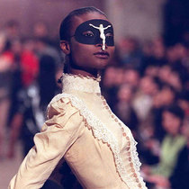 Alexander McQueen 最具代表性的秀场时刻-衣Q进阶