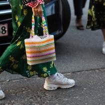 """今年夏天 全世界的时尚博主都在背""""串珠包""""-新宠"""