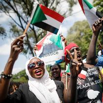 """""""如果世界不作出反應,就不會有任何行動"""": Aweng Chuol講述我們為什么要為蘇丹危機發聲-時尚圈"""