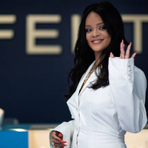 Rihanna Designs For Women With Curves-Suzy Menkes专栏