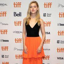 妮可拉·佩尔茨身着Givenchy出席于2019多伦多国际电影节期间举办的电影《汤德·约翰逊的讣告》首映礼-品牌新闻