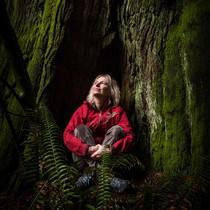 """""""我們可以成為引導積極改變的使者"""":生態學家Suzanne Simard聊起《樹木的隱秘生活》教會了我們有關氣候危機的哪些知識-時尚圈"""
