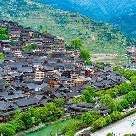 走进贵州西江千户苗寨 10多个村寨依山而建连成一片