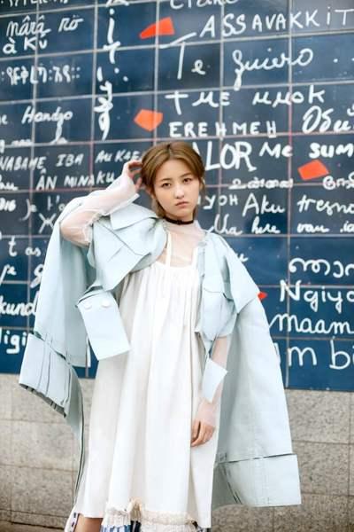 00后新势力张子枫亮相巴黎时装周 气质优雅不失青春活力